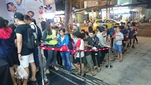 Khán giả xếp hàng lấy vé xem phim miễn phí tại TP.HCM (Ảnh: nld.com.vn)