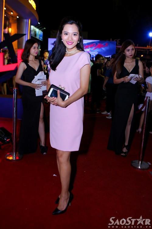 Kim Cương mặc bộ đầm rộng để che bụng bầu 4 tháng.