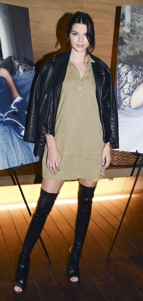 """Thiên thần mới của Victoria's Secret năm nay- Kendall Jenner quyến rũ với áo polo oversized và chiếc moto jacket da đen khoác ngoài """"tone sur tone""""  với đôi boots hở mũi sexy."""