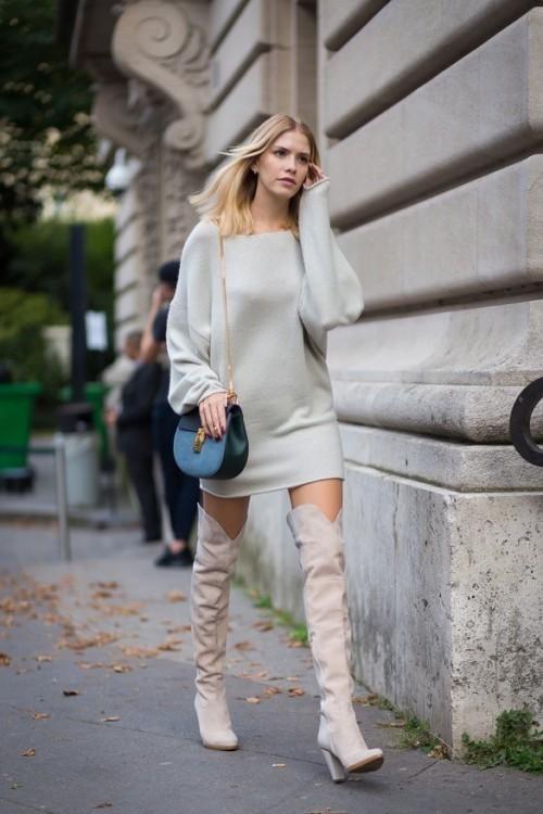 """ôi bốt cao quá gối bằng da lộn được Elena Perminova kết hợp khéo léo với sweater (áo len dài tay) dáng dài với phần cánh dơi điệu đà. Elena chọn chiếc túi đeo vai Drew cỡ vừa (túi hình giọt nước) của Chloé đang rất """"hot"""" hiện nay."""