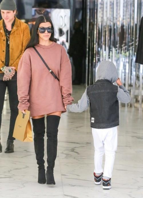 Chị em nhà Kardashian là những fan trung thành của phong cách này.