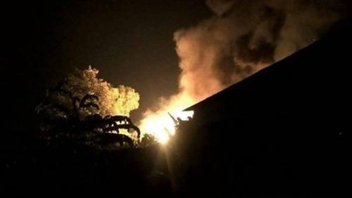 Cột khói bốc cao trong đêm - (Ảnh: Phạm Thanh Đô).