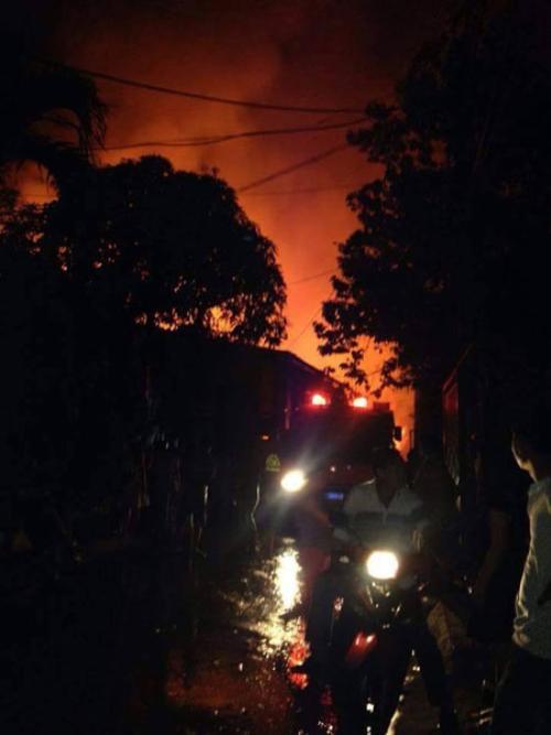 Khu vực xảy ra cháy phải đi qua nhiều hẻm nhỏ nên xe cứu hỏa cũng gặp khó khăn khi tiếp cận hiện trường - (Ảnh: Dũng Gấu).