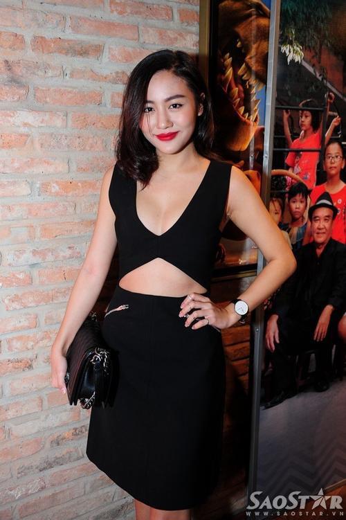 Văn Mai Hương đến chúc mừng đồng nghiệp thân thiết. Cả hai từng kết hợp ăn ý trong MV Tìm. Thời gian qua, á quân Vietnam Idol 2010 bị trầm cảm và ít khi xuất hiện tại các sự kiện của làng giải trí, dù thỉnh thoảng vẫn đi diễn.