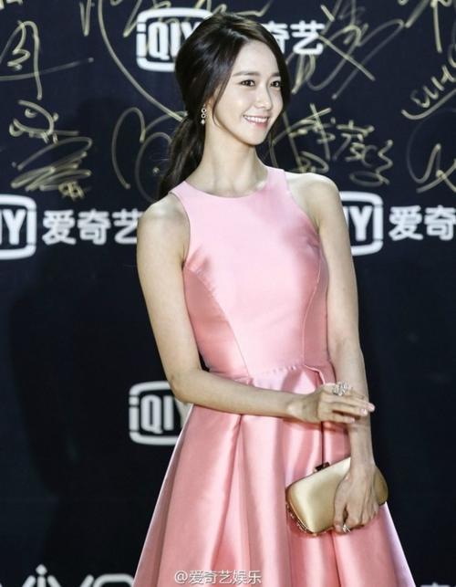 Yoona xinh đẹp với váy hồng.