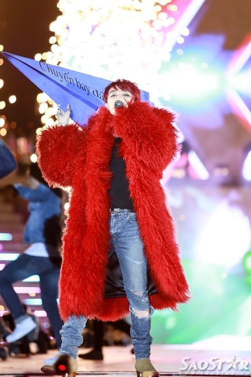 Sơn Tùng khép lại đêm liveshow hoành tráng với thiết kế áo choàng lông đỏ rực của NTK đình đám Đỗ Mạnh Cường như một lời hưa