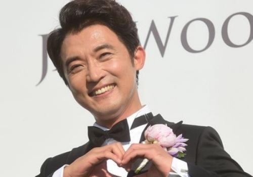 Ahn Jae Wook mất dáng vẻ mỹ nam với mái đầu ít tóc ở phần trước.