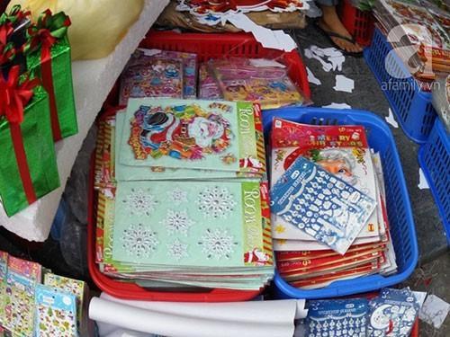 Tại các cửa hàng bán đồ chơi, đồ lưu niệm hay chuyên về đồ trang trí Noel các mặt hàng này luôn có sẵn và được tiêu thụ mạnh vì kiểu dáng bắt mắt, dễ chơi và luôn thu hút trẻ em.
