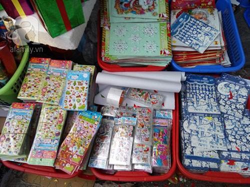"""Trao đổi với chúng tôi, một chủ cửa hàng tại Hàng Mã cho biết: """"Những sản phẩm này nếu bán buôn thì với giá 40 ngàn/cột/20 miếng, nếu bán lẻ thì từ 5 ngàn đồng/miếng trở lên. Những loại này trẻ nhỏ đều rất thích, hợp với không khí mùa Noel đang đến rất gần""""."""
