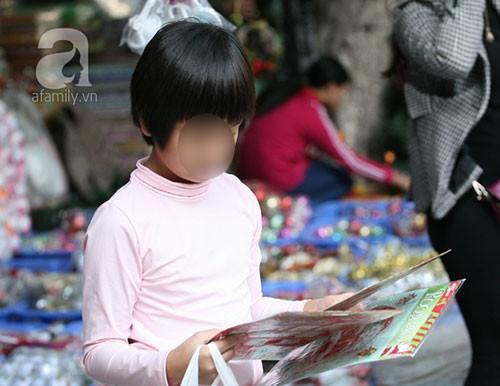 Đứa trẻ này do được cha mẹ cho phép nên thoải mái lựa chọn cho mình những miếng dán xinh xắn, bắt mắt và hợp với mùa Giáng sinh nhất.