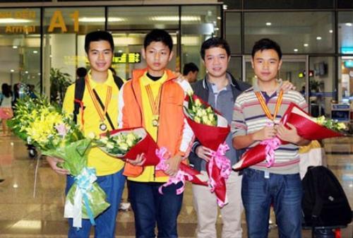 Huy chương Vàng Lương Hoàng Tùng cùng hai người bạn cùng lớp 9H1 THCS Trưng Vương đều đạt giải Bạc -Tô Minh Anh và Nguyễn Minh Đức chụp ảnh cùng thầy chủ nhiệm Bùi Mạnh Tùng. Ảnh: Trungvuong.edu.vn.