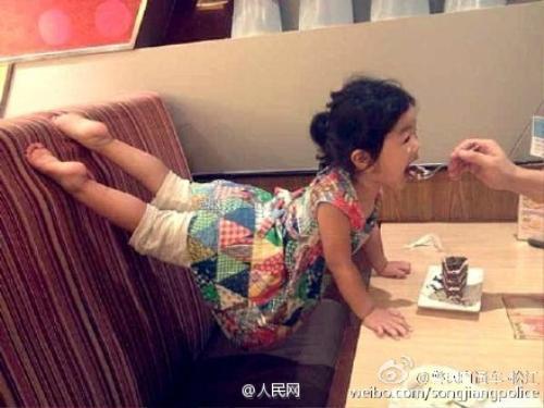 Cô bé còn chăm chỉ đến mức luyện tập tư thế này ngay cả... khi cha đút cho ăn.