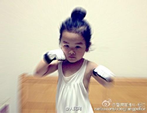 Cô bé cũng đeo găng boxing như cha với tạo dáng khá ngầu, đôi mắt tập trung.