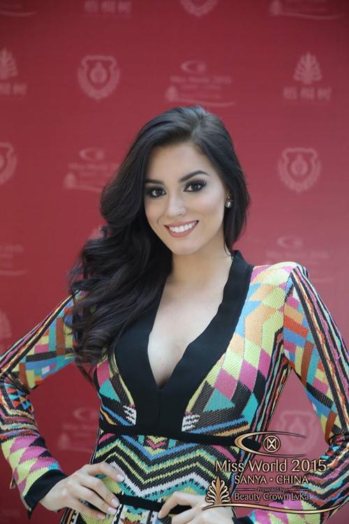 """Đây được xem là vẻ đẹp """"rất hoa hậu"""" của đại diện Colombia. Nhìn cô như thể luôn sẵn sàng để đăng quang và khoe nụ cười rạng rỡ của mình."""