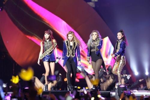 Nhóm 2NE1 tại MAMA 2015 (Park Bom đứng ngoài cùng bên trái).