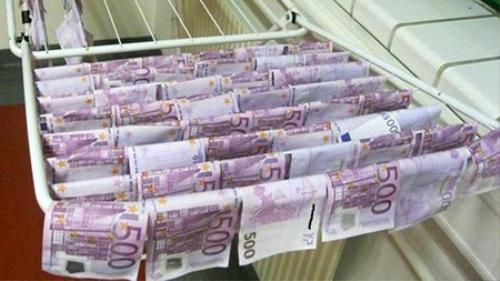 Những tờ tiền được vớt lên và để ráo nước tại sở cảnh sát Vienna. Ảnh: Vienna Police
