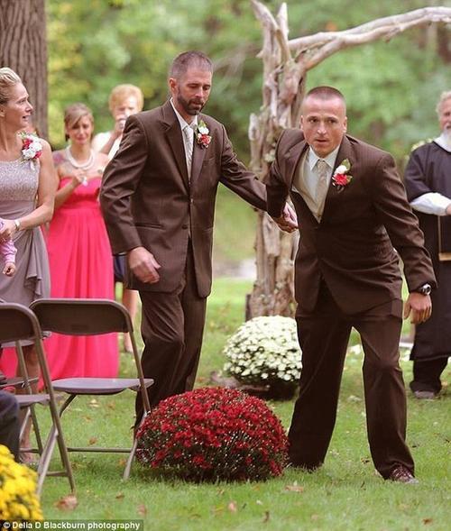 Todd Bachman kéo tay Todd Cendroski cùng lên lễ đường chung vui với con gái.