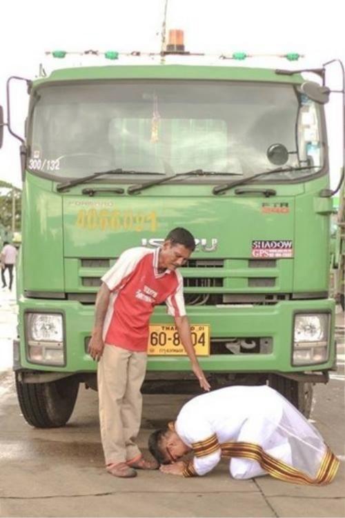 Kalangnalong quỳ trước xe chở rác của cha để cảm tạ công ơn nuôi dưỡng.