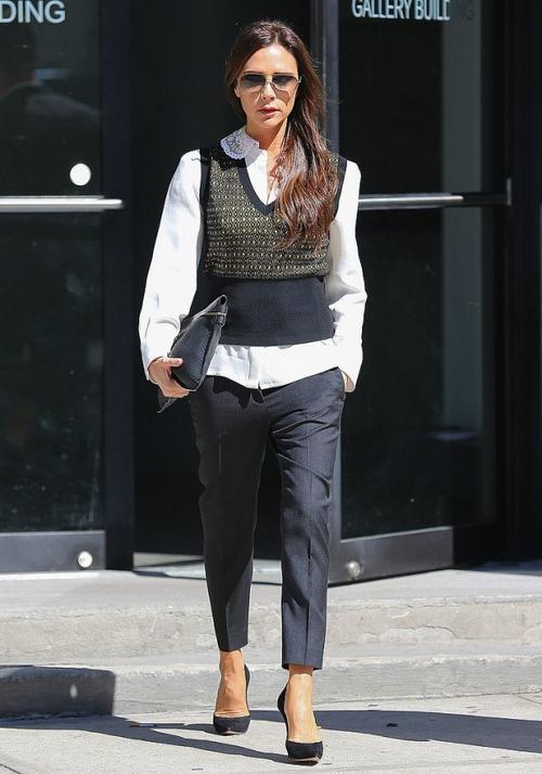 Sơ mi trắng mặc trong áo gi lê quá quen thuộc với cả nam giới lẫn nữ giới nhưng sức hút của lối mix đồ này vẫn chưa bao giờ thuyên giảm.