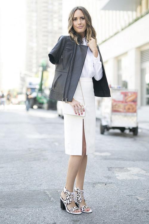 Chiếc áo cổ điển này cũng có thể kết hợp với chiếc váy bút chì xẻ tà và đôi giày cao gót cùng tone để mang đến một set đồ monochrome thời thượng đậm chất minimalist (phong cách thời trang tối giản).