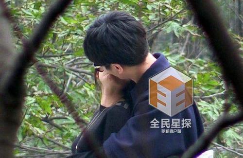 Cặp đôi khóa môi trước ống kính.