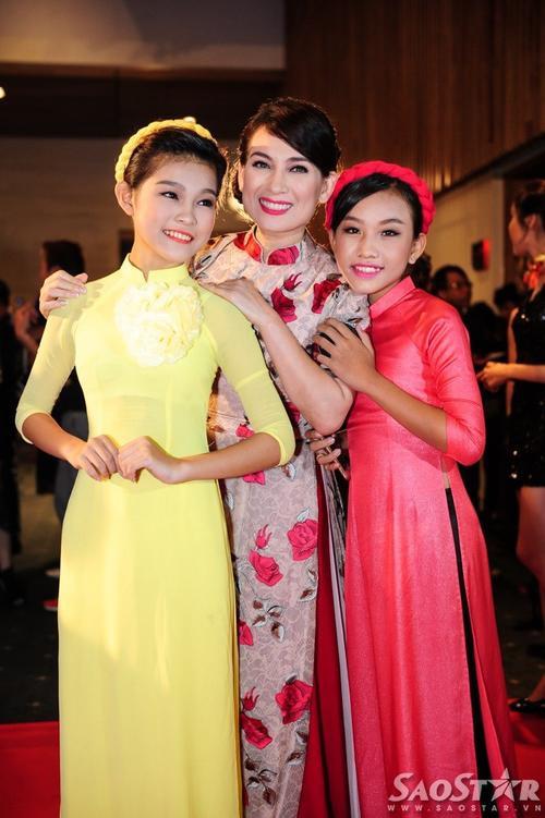 Phi Nhung và hai con gái nuôi.