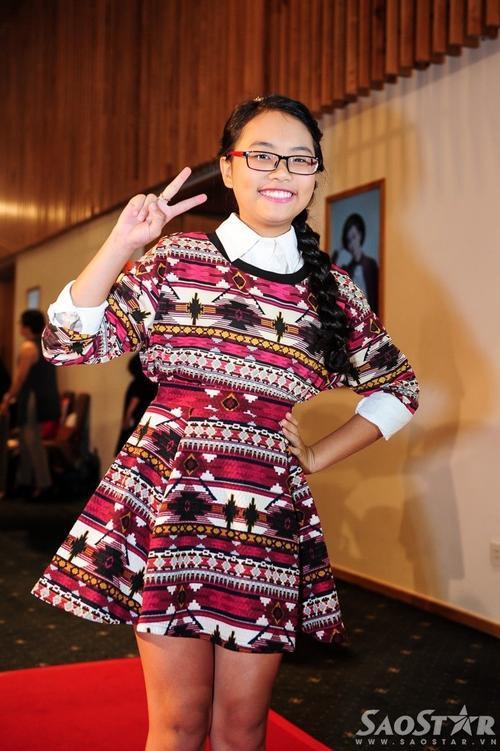 Tối 10/12, tại Gem Center (TP HCM) Phương Mỹ Chi nhận được nhiều sự quan tâm từ công chúng và giới truyền thông khi xuất hiện ở buổi lễ trao giải POPS Awards 2015. Cô bé tiếp tục cho thấy gu thời trang ổn định của mình qua việc kết hợp chiếc đầm họa tiết với tông màu hồng làm chủ đạo cùng áo sơ mi trắng bên trong.