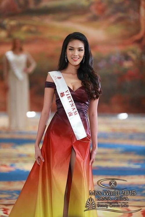 Lan Khuê trong chiếc váy do Lý Quý Khánh thiết kế. Bộ trang phục lọt Top 10 trang phục dạ hội của cuộc thi.