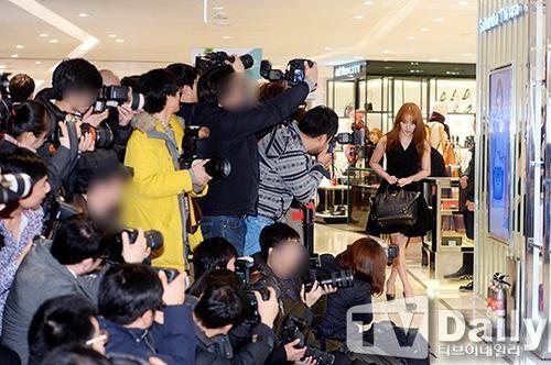 Sáng 11/12, Yoon Eun Hye tham dự một sự kiện của nhãn hàng do cô làm gương mặt đại diện. Đây là lần đầu tiên nữ diễn viên xuất hiện trước công chúng sau khi bị một nhà mốt cáo buộc đạo nhái thiết kế thời trang hồi tháng 9. Bộ váy mà Yoon Eun Hye bị nghi đạo thiết kế được cô sử dụng trong cuộc thi Goddess Fashion ở Trung Quốc.