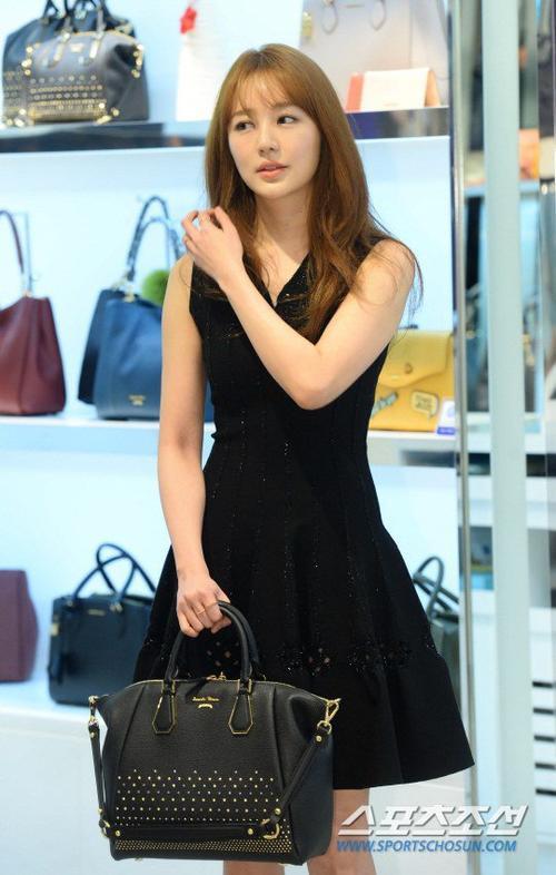 """Xuất hiện trước báo giới, """"thái tử phi"""" diện bộ váy đen thanh lịch, trang điểm nhẹ. Sau khi scandal nổ ra, Yoon Eun Hye phủ nhận cáo buộc và cho rằng nhà thiết kế kia muốn lợi dụng tên tuổi của cô. Lời lên tiếng này khiến nữ diễn viên nhận nhiều gạch đá của khán giả. Sau đó, Yoon Eun Hye cũng hủy tham gia một lễ trao giải, scandal cũng khiến bộ phim mới After Love của người đẹp lùi lại ngày chiếu."""