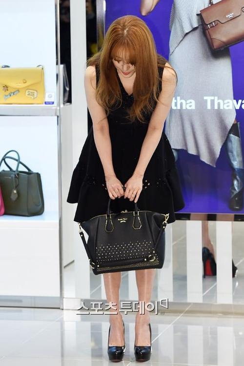 """Lần xuất hiện này, nữ diễn viên bày tỏ sự hối lỗi vì khiến khán giả thất vọng. Yoon Eun Hye cúi gập người và nói: """"Tôi xin lỗi vì gây ra rắc rối""""."""