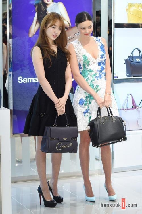 Sự kiện cũng có sự tham gia của người mẫu đình đám Miranda Kerr. Yoon Eun Hye tạo dáng bên cạnh mỹ nhân người Australia.