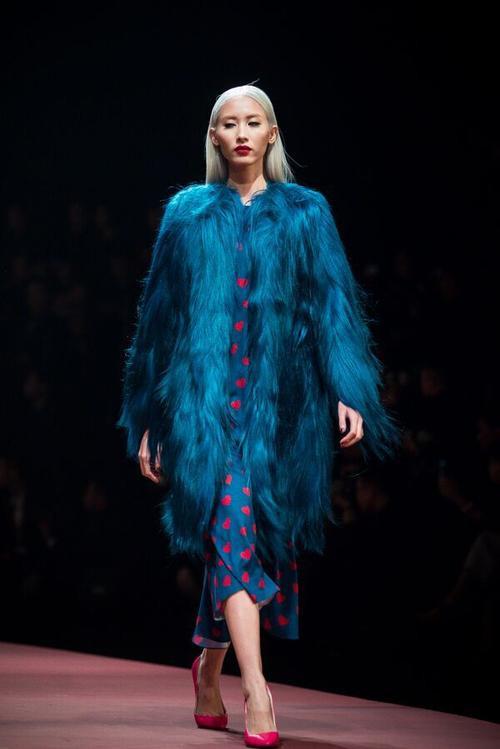 Chiếc áo kù người linhiêhoác lông dài nhuộm xanh này dễ làm