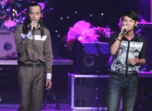 Danh hài Hoài Linh và con trai nuôi Hoài Lâm trong một lần song ca.