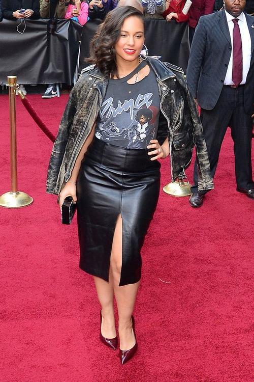Cũng tại sự kiện, Alicia Keys đứng cùng danh sách mặc xấu với Selena Gomez. Nữ ca sĩ lộ vòng 2 màu mỡ trong chân váy bút chì chất liệu da.