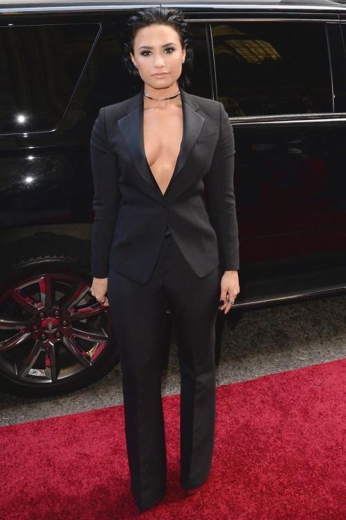 Demi Lovato kín mít nhưng vẫn để khoảng hở ngực gợi cảm trong bộ suit cá tính.