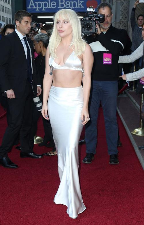 Trong khi đó, Lady Gaga cũng khoe thân hình mới giảm cân trong set áo top-bra và chân váy. Nữ ca sĩ tự tin phô bày vòng eo săn chắc, không còn đẫy đà nhờ chăm chỉ tập luyện.