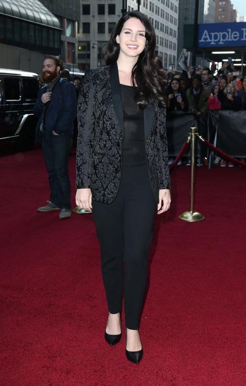 Lana Del Rey mang đến trang phục đen gồm blazer họa tiết và quần vải được so sánh như đồng phục công sở già nua.