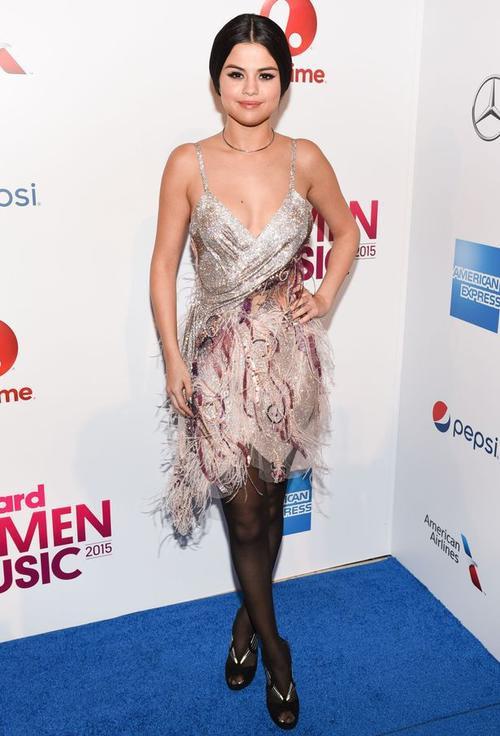 Dù cởi bỏ áo khoác, bộ váy của Selena bị đánh giá đã lỗi thời, cô phối với quần tất mỏng và cao gót hở mũi cũng gây mất điểm. Gần đây giọng ca Same Old Love chịu khó diện đồ sexy khoe thân hình giảm cân thành công. Tuy nhiên bộ váy lấp lánh này là thất bại thời trang hiếm thấy của Selena.