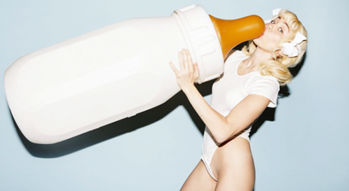 Hình ảnh của Miley Cyrus trong MV mới.