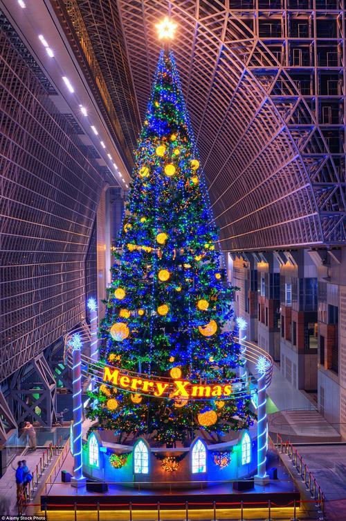 """Nhà ga Kyoto tại Nhật được trang trí với vai trò """"đại diện"""" canh gác cho mùa Giáng sinh an lành."""