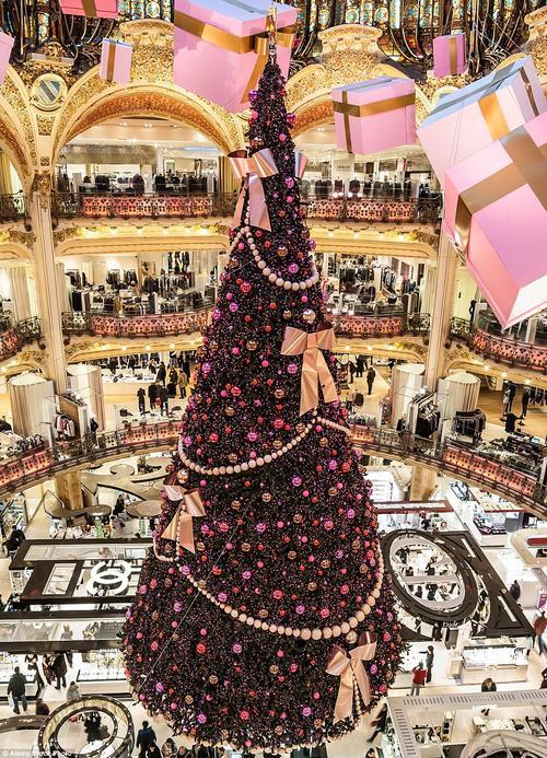 Choáng ngợp với cây thông khổng lồ đặt giữa trung tâm mua sắm Galeries Lafayette tại Paris.