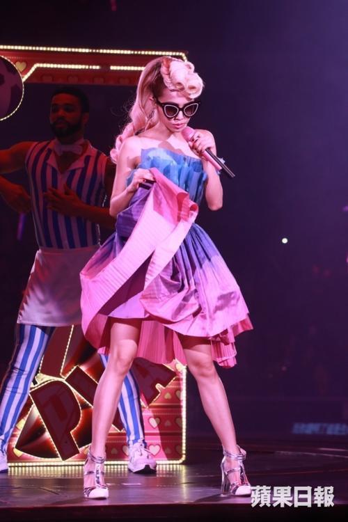 Một phần trình diễn đậm chất Lady Gaga của Thái Y Lâm. Theo HKChannel, Play World Tour do Travis và Stacyz - đơn vị từng hợp tác với Lady Gaga nên ít nhiều phong cách của diva Đài Loan cũng bị ảnh hưởng.