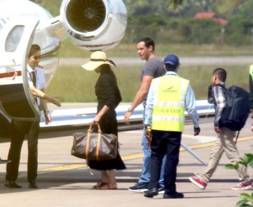 Angelina và đàn con lên máy bay trở về Mỹ hôm 11/12.