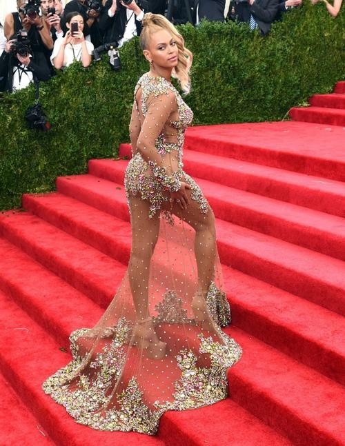 """Và thiết kế gây tranh cãi nhất của Beyoncé là đây. Xuất hiện tại chương trình Met Gala tháng 5/2015, nữ ca sĩ diện một bộ đầm vải sheer xuyên thấu đính đá và pha lê khoe trọn toàn bộ đường cong cơ thể. Bộ đầm gây tranh cãi đỉnh điểm này chính thức """"liệt tên"""" cô vào danh sách những nữ ca sĩ """"mặc như không"""" của Hollywood. Tuy vậy, không thể phủ nhận vẻ đẹp hình thể  tuyệt vời của Bee  sau lớp vải mỏng tang kia như ngọn lửa hùn hụt """"thiêu rụi"""" bất cứ ánh mắt nào vô tình lướt qua."""