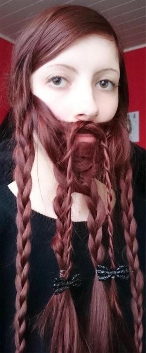 Bằng cách hất hết tóc ra phía trước và tạo kiểu, ngay lập tức các cô nàng xinh đẹp sẽ sở hữu bộ râu dài tùy ý.