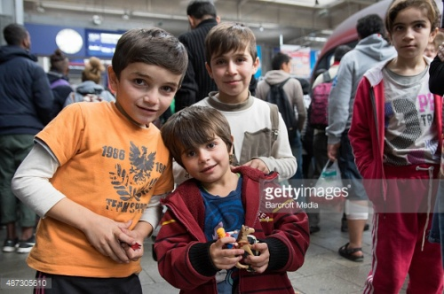 Những em bé tị nạn người Syria vui mừng khi được chào đón nhập cư tại Canada.