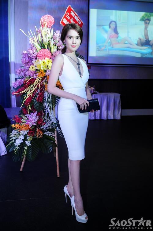 Chân dài thuộc công ty Venus vừa hoàn thành vai chính trong bộ phim Vòng eo 56. Ngoài ra, hồi tháng trước, cô cũng đoạt giải Nghệ sĩ trẻ xuất sắc nhất châu Á 2015.