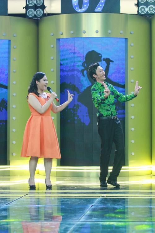 Cô mạnh dạn đề nghị Hoài Linh nhảy phụ họa cho mình.