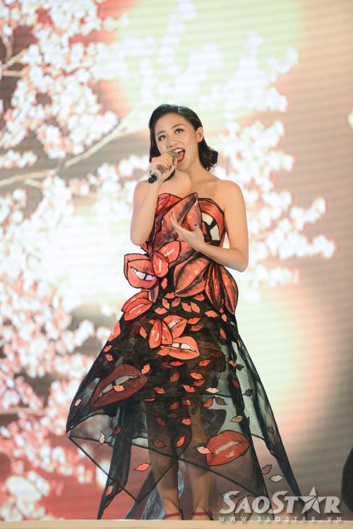 Văn Mai Hương tranh thủ giới thiệu ca khúc vừa phát hành sau thời gian trầm cảm Lona Misa.